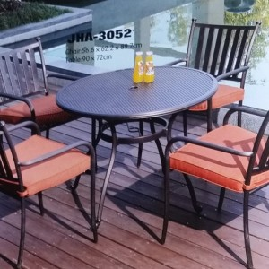 Elegant Looking Cast Aluminum Dining Set with cushion